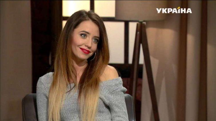 Блондинка Надя Дорофеева примерила диадему за 1,5 миллиона гривен