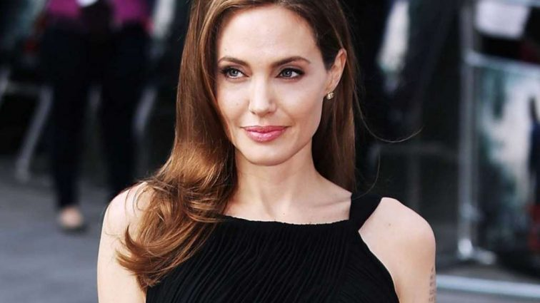 Счастливая Анджелина Джоли показала фигуру в черном платье
