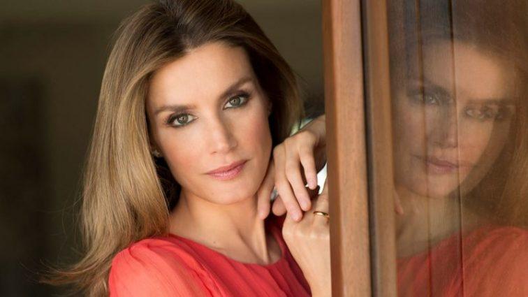 Редкий случай! 45-летняя королева Испании показала ножки в откровенном мини
