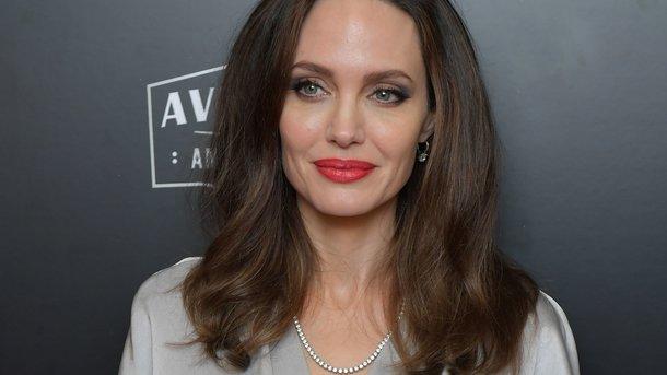 У нее глаза горят! Анджелина Джоли не перестает удивлять поклонников своей красотой