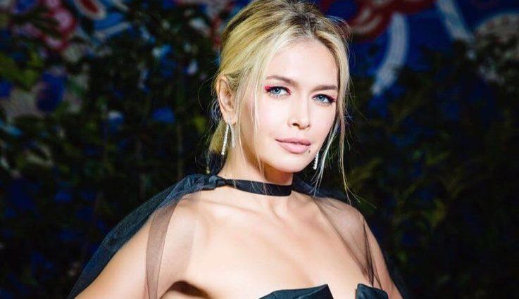 Будто с обшивки дивана: Вера Брежнева удивила полосатым костюмом
