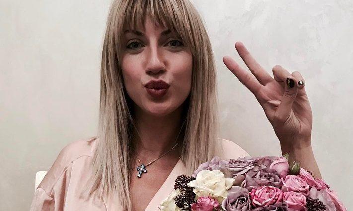 Леся Никитюк задрала ногу в коротеньком платье просто в кафе