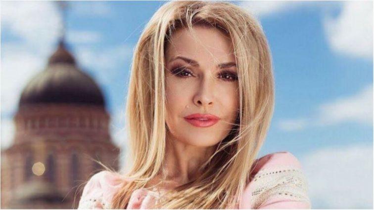 «Да, шикарная женщина!»: Ольга Сумская удивила поклонников эффектным нарядом