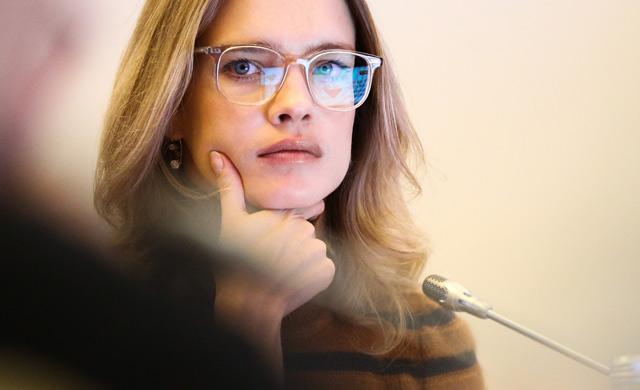 «В золотой шелковой рубашке ..»: Наталья Водянова приняла участие в откровенной фотосессии