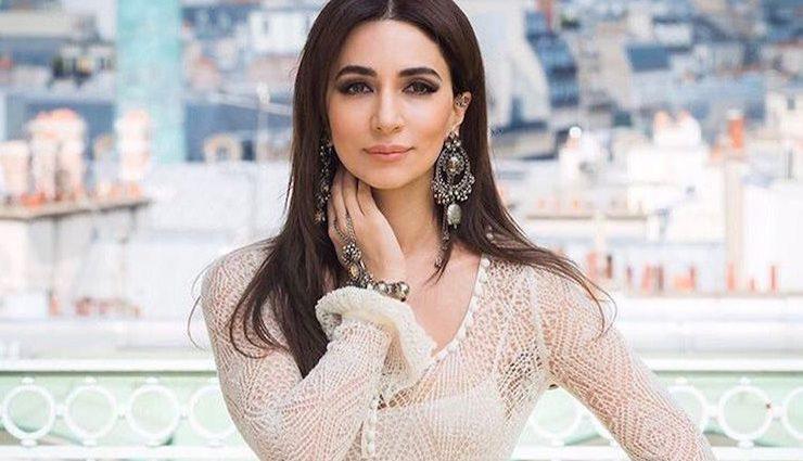 Певица Зара поразила элегантным белым платьем с перьями