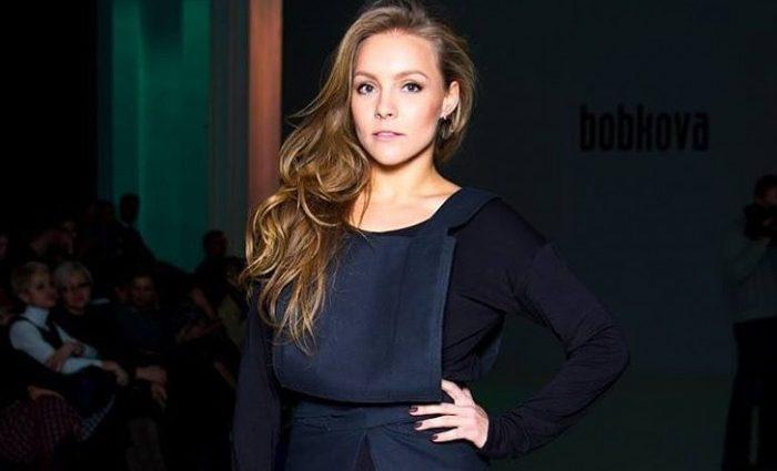 Страстная Елена Шоптенко появилась на публике в ярком платье