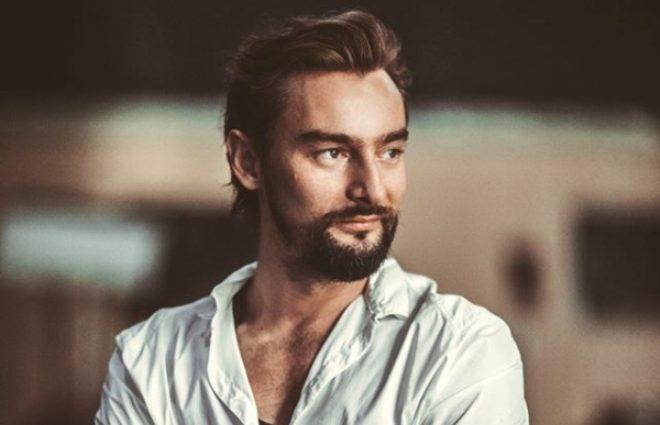 С сигаретой и бокалом: Алан Бадоев обеспокоил поклонников своим видом