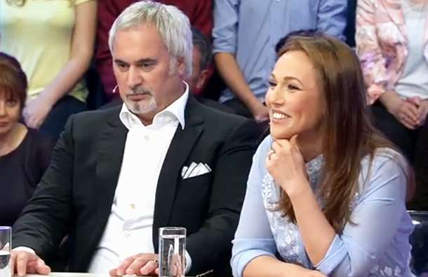 «Этот кокетливый взгляд, а улыбка…»: Джанабаева показала соблазнительную фигуру в новом платье