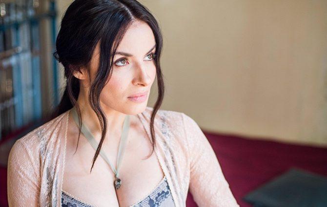 «Мейхер призывает женщин…»: Певица показала фигуру в соблазнительном платье