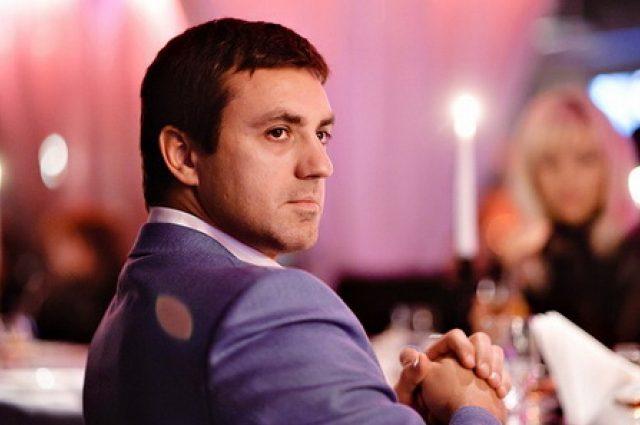Безумная страсть! Николай Тищенко показал накачанное тело в красной рубашке