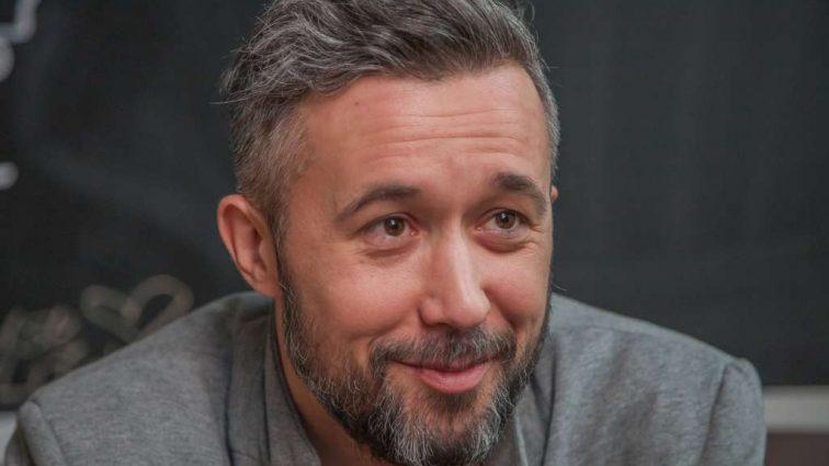 «Как мало нам для счастья надо»: Сергей Бабкин в ярком образе покорил поклонников