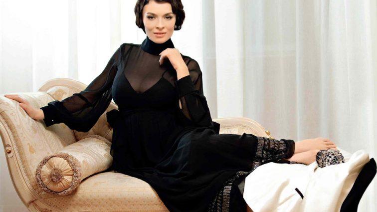 Какая роскошная женщина! Надежда Мейхер показала идеальные ножки в прозрачном пеньюаре