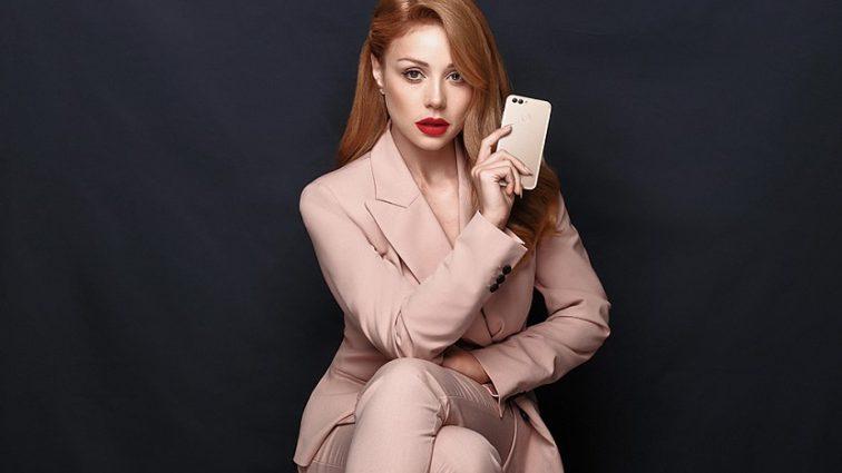 В халате не хуже чем в платье: Тина Кароль поразила новой фотографией, такой ее еще никто не видел