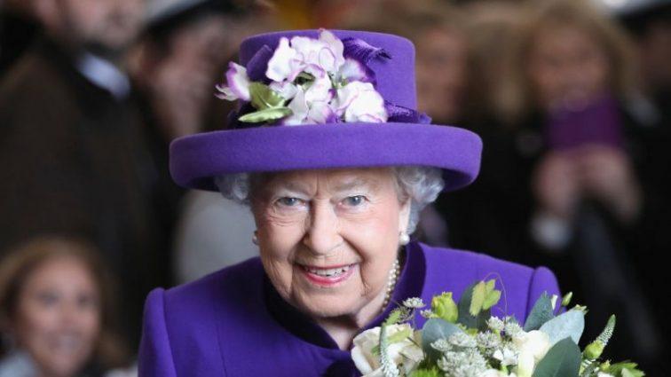 В яркой косынке! Елизавета II похвасталась необычным образом