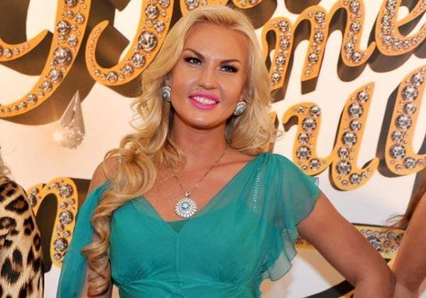 «Вульгарно как для матери двоих детей»: Фанаты потрясены новым откровенным платьем певицы Камалии