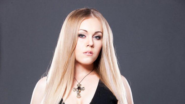Будто другой человек: певица Alyosha показала лицо без макияжа