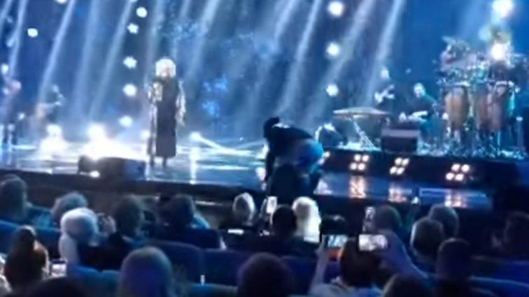 Скандал во время концерта: Охрана Ирины Билык выкинула Дмитрия Коляденко со сцены