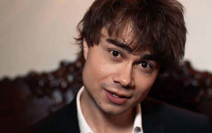 «Он очень самоуверен на сцене и это…»: Александр Рыбак рассказал о MELOVINе