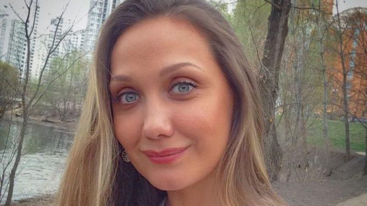«Они так похожи»: Евгения Власова показала архивное фото с мамой и братом