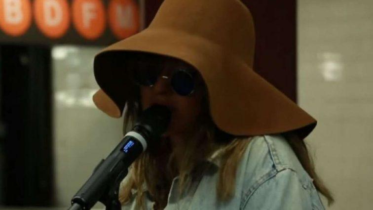 Популярная исполнительница удивила поклонников выступлением в подземном переходе