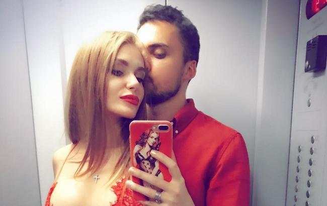 «Взяла под каблук»: Эдгар Каминский поделился откровенным фото с женой