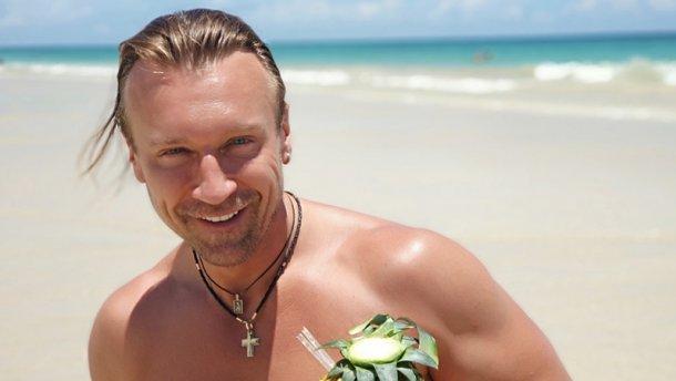 «Огненный привет из Доминиканы!»: Олег Винник показал, как покоряет волны и ест сырую рыбу