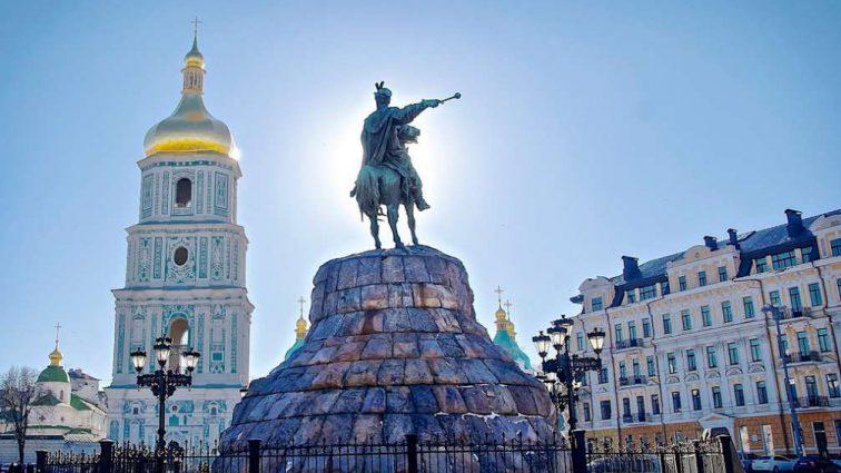 Одна из самых скандальных певиц Голливуда прилетела в Киев снимать клип
