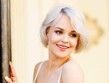 «В компании известного актера»: Ольга Лукьяненко показала фото в невероятном свадебном платье
