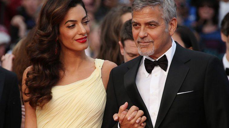 Амаль Клуни поймали на прогулке с сыном. Редкое фото