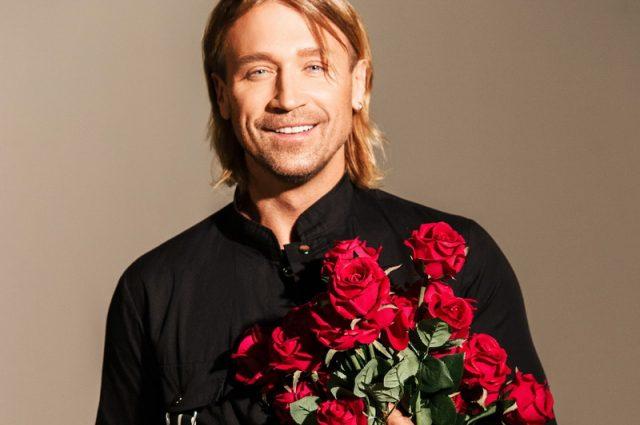 Мужчины тоже любят красный: Олег Винник поразил «молодых волчиц» ярким образом