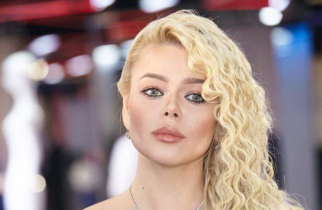 «В ритме танго»: Алина Гросу показала страстный поцелуй с известным российским актером