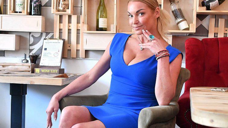 «Куда же без бочки»: Анастасия Волочкова разозлила поклонников откровенным фото